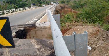 Foto do dia 15 de Julho que mostra a Cratera que pode causar um Grave Acidente, na Cabeceira da ponte sobre o córrego do Vigia, BR 367, Jequitinhonha X Almenara