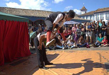 Show do Grupo Teatral dando início ao Festival de Inverno e levando multidões a Praça do Mercado