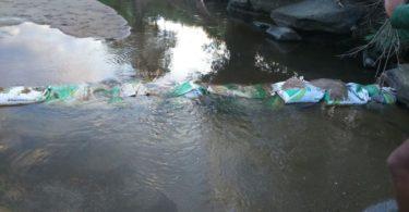 O Rio Piauí em Araçuaí esta secando e algumas pessoas desesperadas, começaram a colocar sacos de areia para conterem à água. Porém, isso só piora a situação