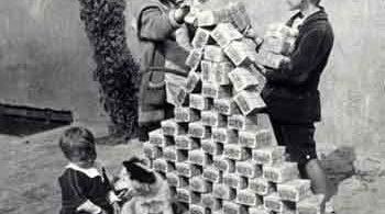 Crianças Brincando com Maços de Dinheiro Alemão que não valiam quase nada devido a hiperinflação