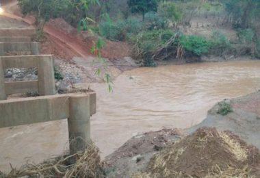 Ponte sobre o Ribeirão das Gangorras - Cidade de Berilo. Choveu o desvio encheu e ninguém passa