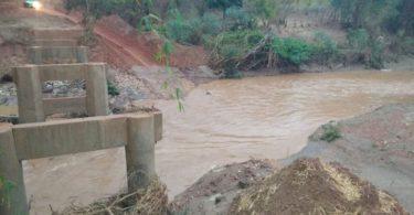Ponte arrancada pela força das água sobre o Ribeirão Gangorras em Berilo-MG
