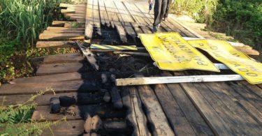 Ponte sobre o Córrego dos Veados. Trecho Almenara X Jacinto. A Ponte foi incendiada em Março e até hoje não foi substituída